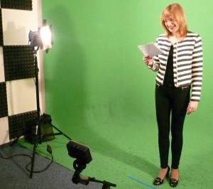 Moderátorka Štěpánka Duchková ve studiu při natáčení.